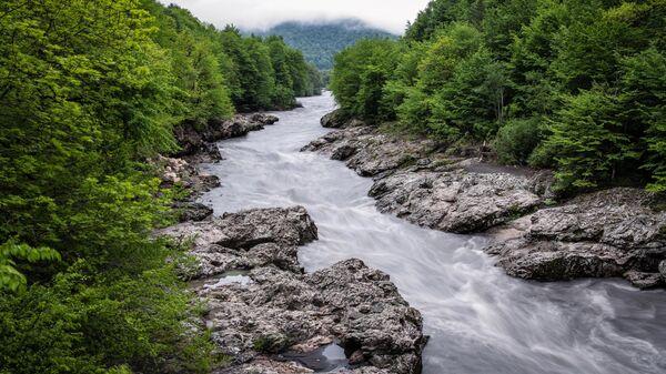 Река Белая в районе гранитного каньона в Майкопском районе Республики Адыгея
