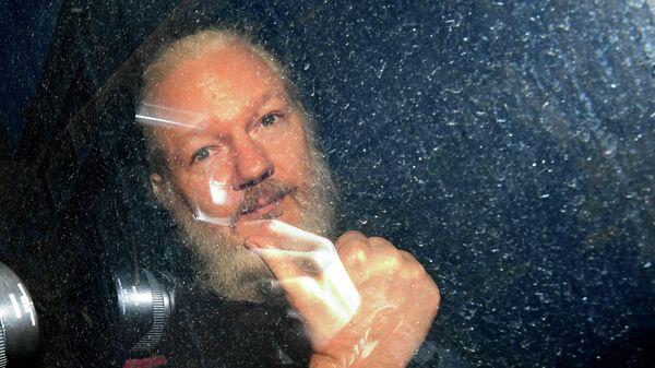 Основатель WikiLeaks Джулиан Ассанж в полицейском фургоне после задержания в Лондоне