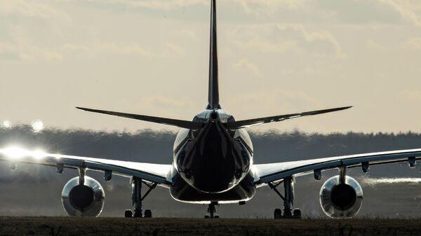 Самолет на взлетно-посадочной полосе