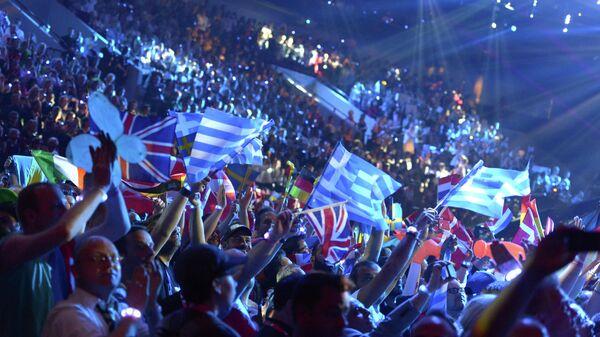 Болельщики поддерживают своих конкурсантов в финале конкурса песни Евровидение-2013 в шведском Мальме