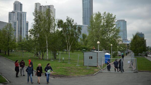 Огороженная территория сквера у Театра драмы в Екатеринбурге, где планируется построить храм святой Екатерины