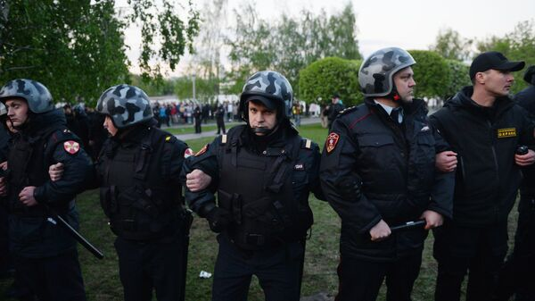 Сотрудники полиции и ЧОП во время протестной акции против строительства храма Святой Екатерины у театра драмы в Екатеринбурге
