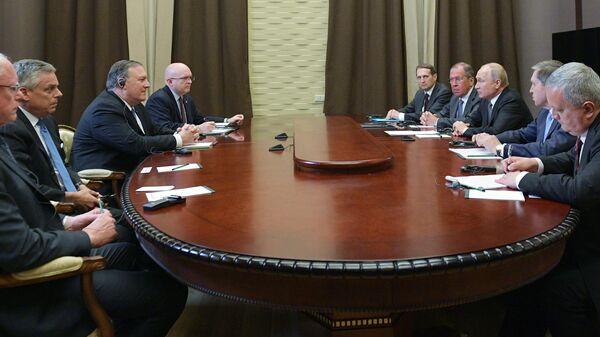 Президент РФ Владимир Путин и госсекретарь США Майк Помпео во время встречи в Сочи