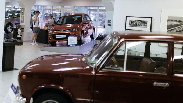 Посетители в музее прототипов АвтоВАЗ в Тольятти