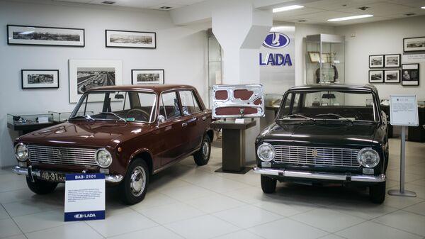 Автомобили ВАЗ-2101 и Fiat 124 в музее прототипов АвтоВАЗ в Тольятти