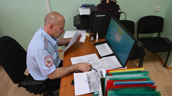 Сотрудник полиции в центре выдачи российских паспортов жителям ДНР и ЛНР в городе Новошахтинск Ростовской области