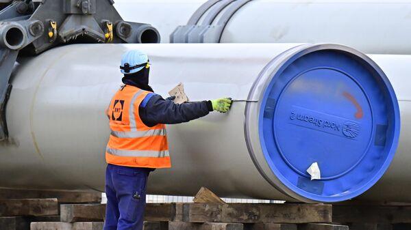 Рабочий на строительной площадке газопровода Nord Stream 2 в немецком Лубмине