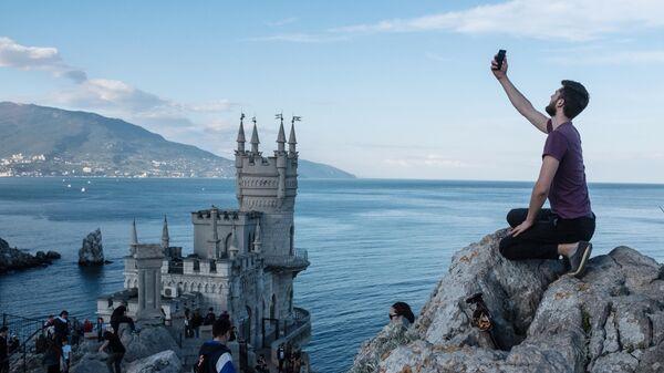 Береговая скала рядом с замком Ласточкино гнездо в поселке Гаспра в Крыму