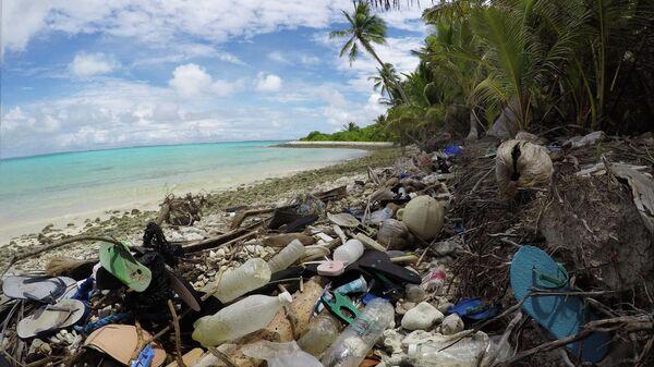 Мусор, выброшенный Индийским океаном на берега Кокосовых островов