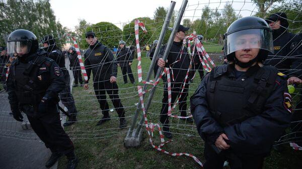 Сотрудники полиции во время протестной акции против строительства храма Святой Екатерины у театра драмы в Екатеринбурге