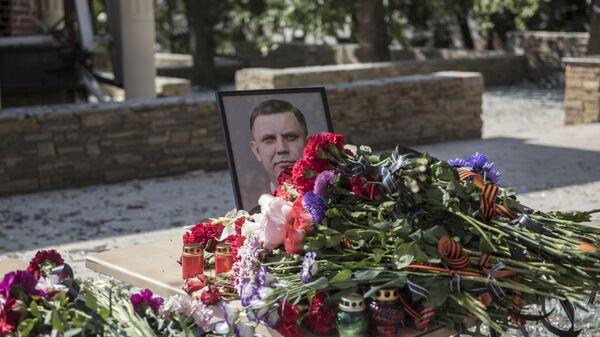 Портрет Александра Захарченко и цветы у здания кафе Сепар в Донецке