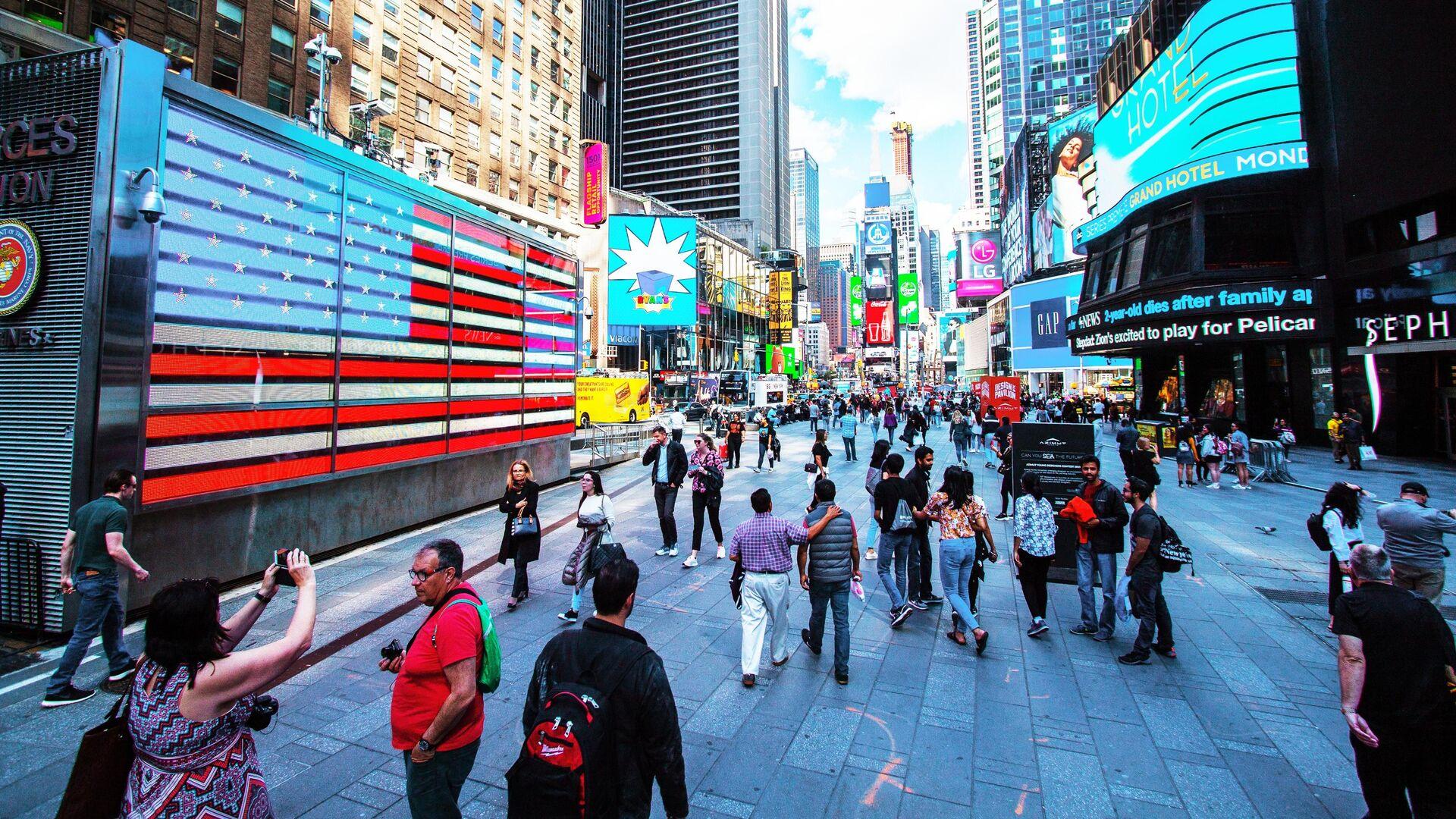 Прохожие на площади Таймс-сквер в Нью-Йорке, США - РИА Новости, 1920, 23.08.2021
