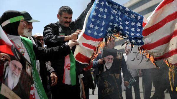 Иранцы сжигают флаг США в Тегеране. 10 мая 2019
