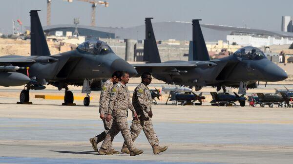 Офицеры саудовской армии возле истребителей F-15