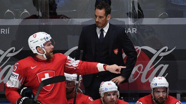 Главный тренер сборной Швейцарии Патрик Фишер (на втором плане)