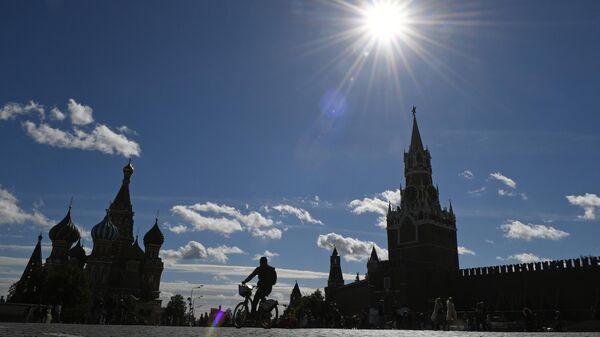 Туристы на Красной площади в Москве.