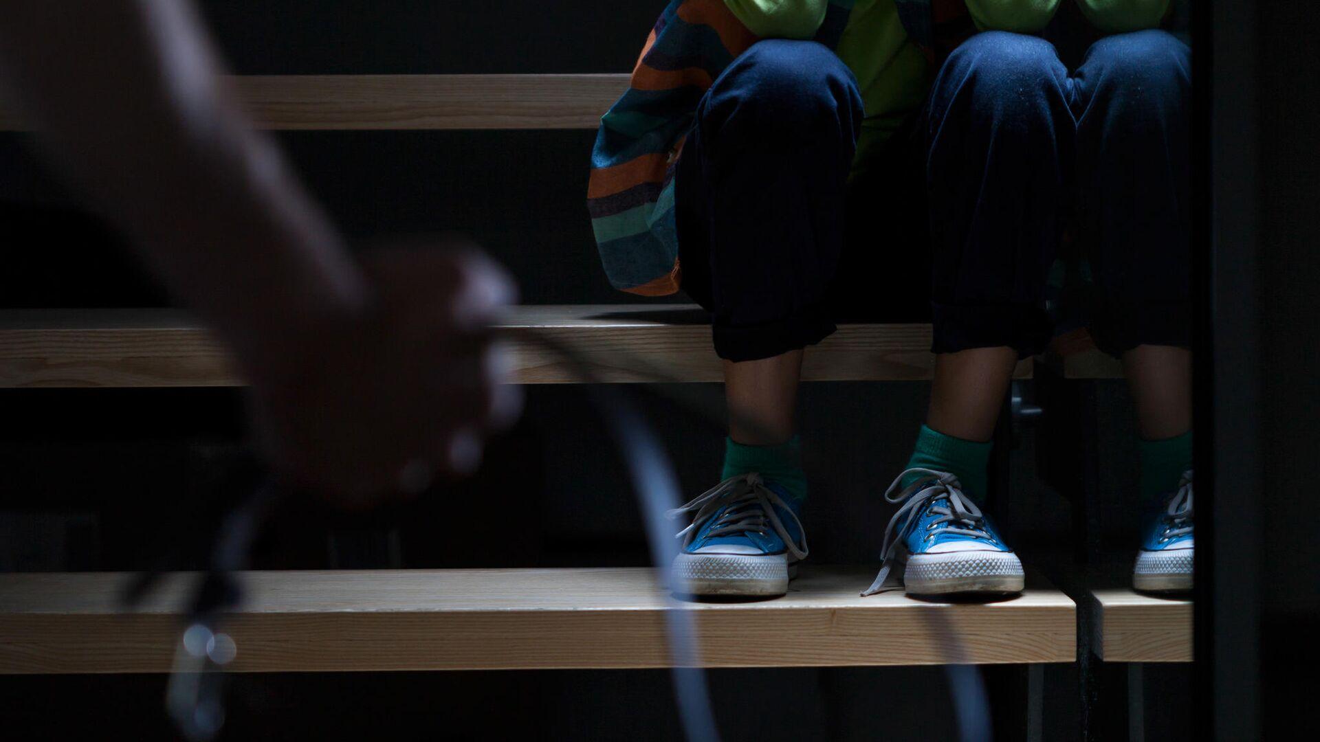 Ребенок сидит на лестнице - РИА Новости, 1920, 17.01.2021