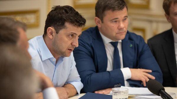 Президент Украины Владимир Зеленский и его советник Андрей Богдан во время встречи с руководством Верховной рады. 21 мая 2019