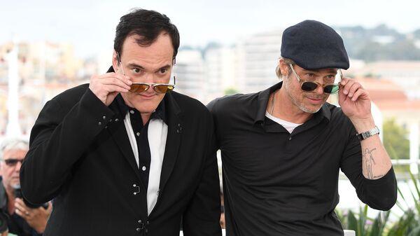 Режиссер Квентин Тарантино и актер Брэд Питт во время фотосессии фильма Однажды... в Голливуде