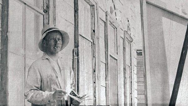 Художник Павел Беньков во время работы в Казани