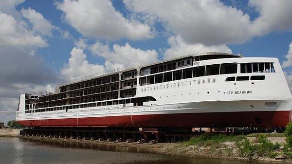 Спуск круизного пассажирского лайнера Петр Великий на судостроительном заводе Лотос