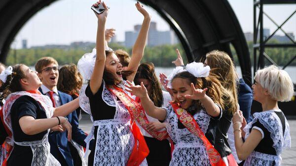 Выпускники средних школ гуляют после празднования последнего звонка на Михайловской набережной в Новосибирске