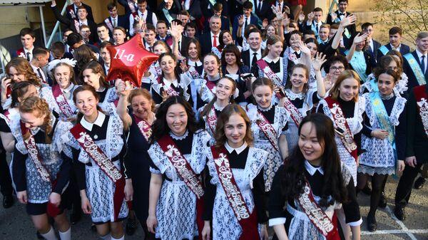 Школьники во время последнего звонка в школе № 9 в Чите