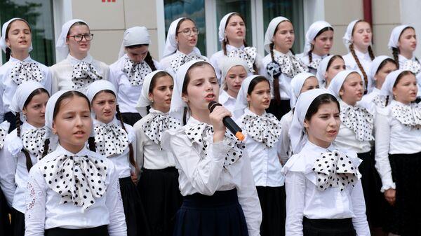 Школьники выступают во время последнего звонка в школе №1 в селе Ахмат-Юрт