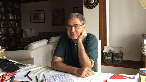 Орхан Памук в своем крабочем кабинете
