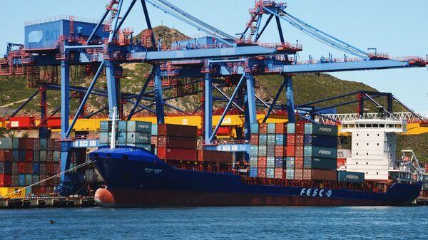Погрузка судна во Владивостокском морском торговом порту. Архивное фото