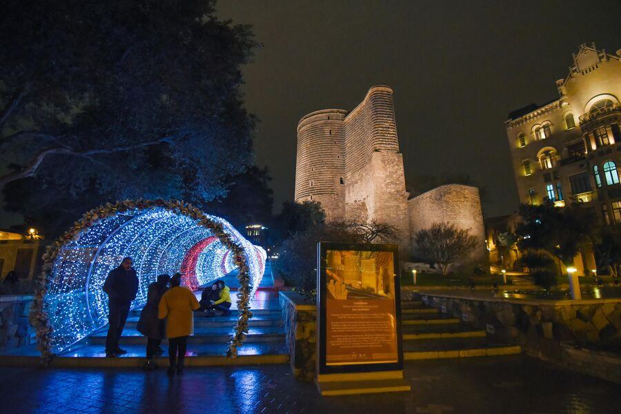 Новогодняя арка возле Девичьей башни в Баку