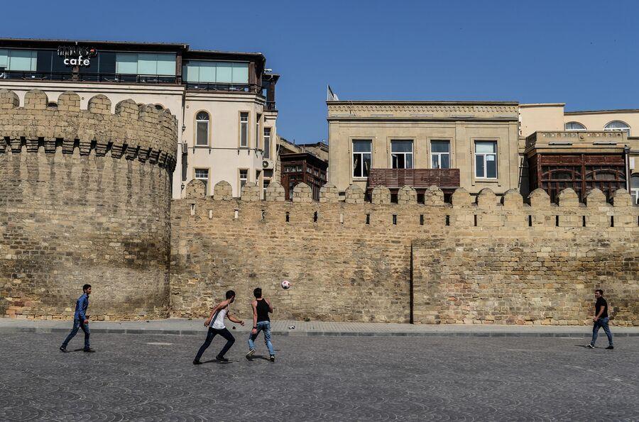 Молодые люди играют в футбол в Ичери-шехер (Старом городе) в Баку
