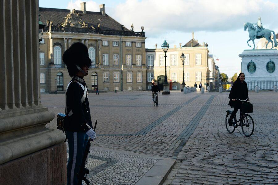 Часовой у дворца Амалиенборг в Копенгагене