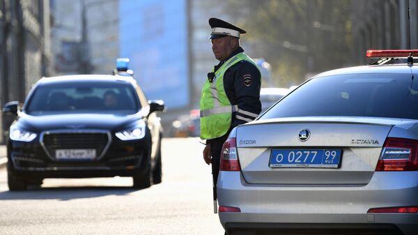 Сотрудник ДПС  на улице Моховой в Москве