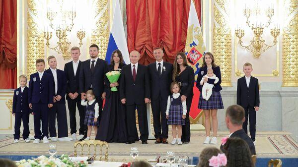 Президент РФ Владимир Путин вручил ордена Родительская слава многодетной семье Виктории и Владимира Дмитриевых из Москвы. 30 мая 2019