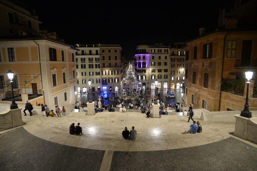 Вид на одну из старейших улиц Рима Виа деи Кондотти с Испанской лестницы