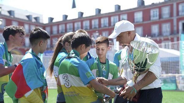 Бразильский футболист Роберто Карлос во время награждения победителей Чемпионата мира по Футболу для дружбы