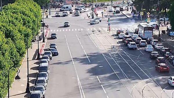 Наезд иномарки на толпу в Петербурге попал на видео