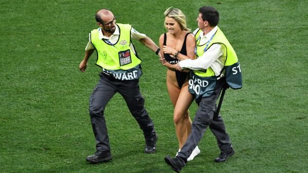 Девушка выбежала на поле в финале Лиги чемпионов