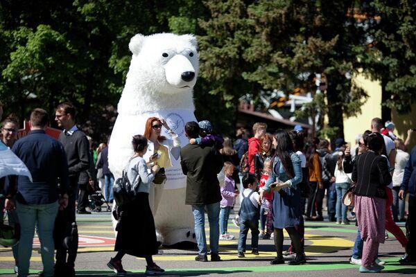 Волонтер акции Белый цветок в петербургском парке развлечений Диво остров