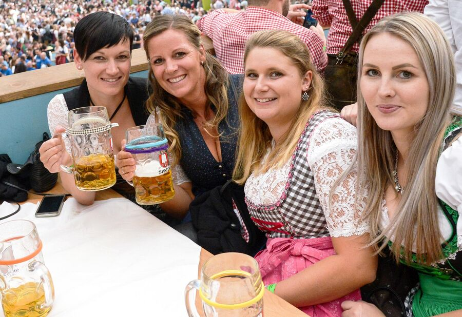 Посетительницы на открытии традиционного пивного фестиваля Октоберфест в Мюнхене