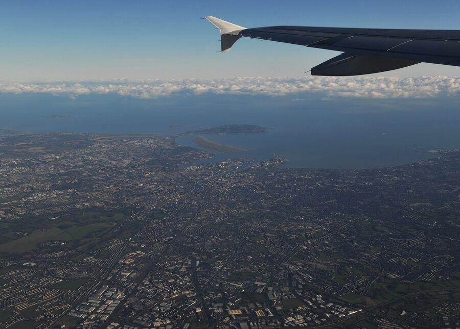 Вид на Дублин из иллюминатора самолета