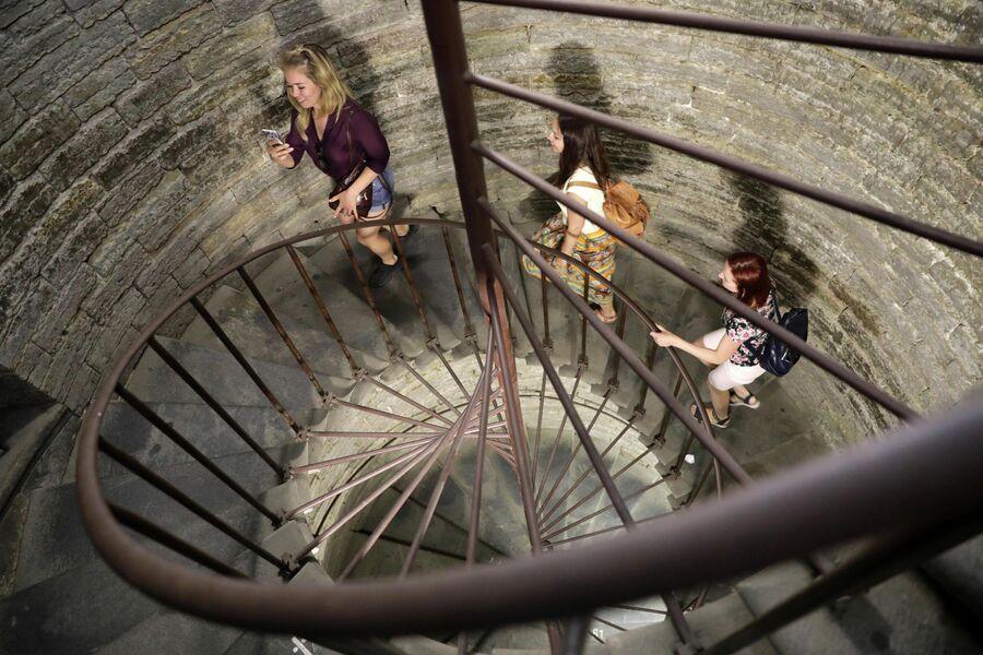 Туристы поднимаются на колоннаду Исаакиевского собора