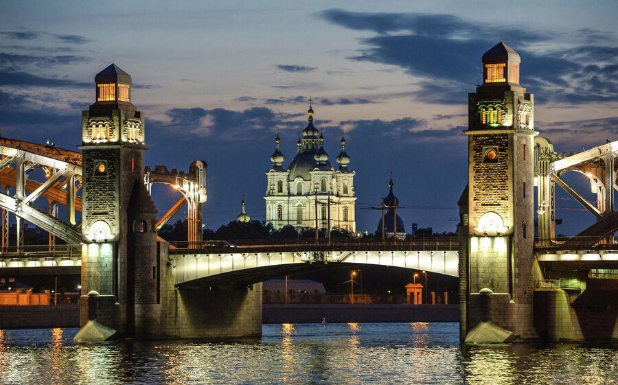 Белые ночи в Санкт-Петербурге. Мост Петра Великого и Смольный собор