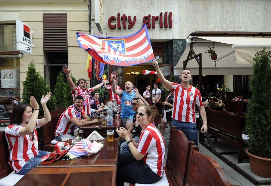 Болельщики Атлетико (Мадрид) в одном из баров Бухареста
