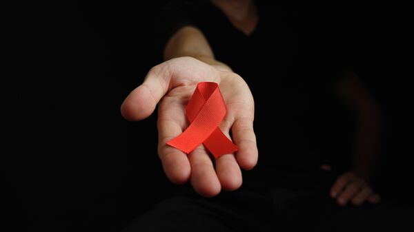 Красная лента - символ борьбы со СПИДом