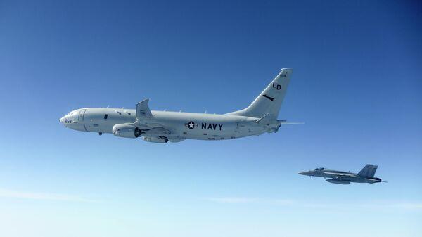Американские истребитель-бомабардировщик F/A-18E Super Hornet и противолодочный самолет Boeing P-8 Poseidon