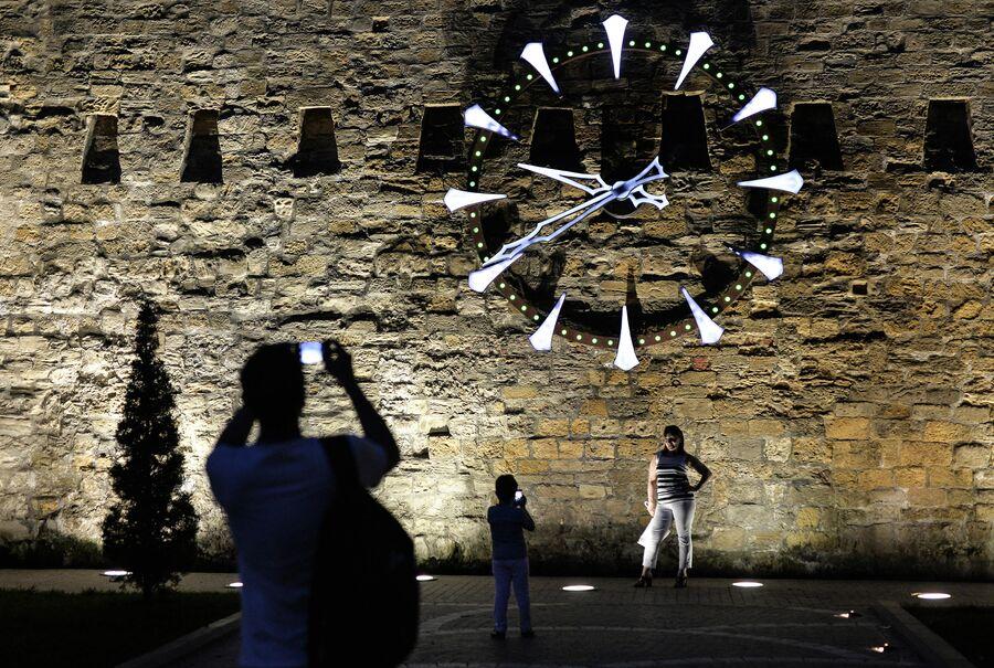 Часы на стене Старого города в Баку