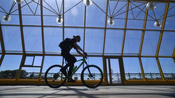 Велосипедист на Пушкинском мосту в Москве