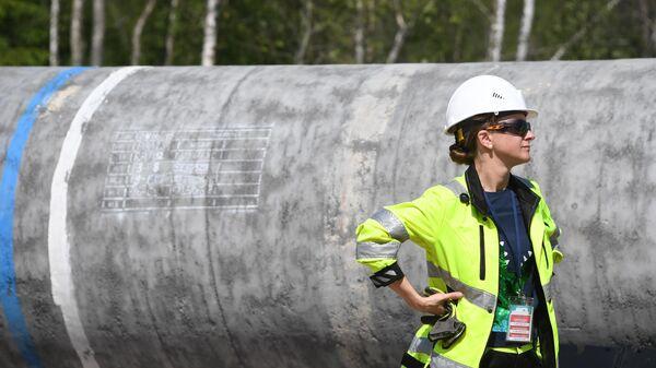 Девушка-рабочий на участке строительства газопровода Северный поток-2 в Ленинградской области